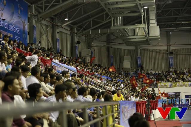 Tuy nhiên, CLB Liêu Ninh (Trung Quốc) bất ngờ chơi hay và thắng nhanh set 4 với tỉ số 25-13. Khán giả lại có dịp theo dõi trận đấu kịch tính kéo dài 5 set.