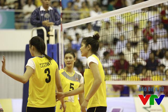 Trần Thị Thanh Thúy và Bùi Thị Ngà là hai cột tháp của ĐT bóng chuyền nữ Việt Nam liên tục chắn bóng hiệu quả và ghi điểm đẹp mắt.