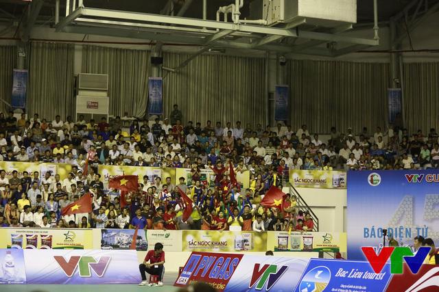 Trước và trong trận đấu, khán giả hò reo, cổ vũ không ngớt, đặc biệt là khi ĐT bóng chuyền nữ Việt Nam lên điểm.