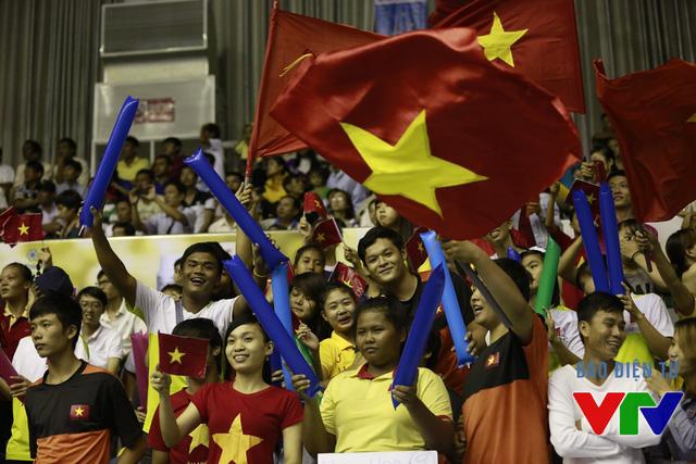 Nhà thi đấu đa năng tỉnh Bạc Liêu như vỡ òa trong niềm vui sướng cùng NHM cả nước ăn mừng chiến thắng không thể kịch tính hơn của các cô gái bóng chuyền Việt Nam.
