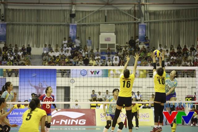 Sang set 3, ĐT bóng chuyền nữ Việt Nam lấy lại thế trận và thắng lại 25-18 để vươn lên dẫn 2-1.