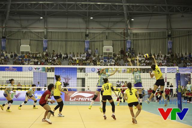 Set 2, hai đội chơi giằng co, ĐT bóng chuyền nữ Việt Nam chỉ chịu thua sát nút 26-28 trong thế trận kịch tính.