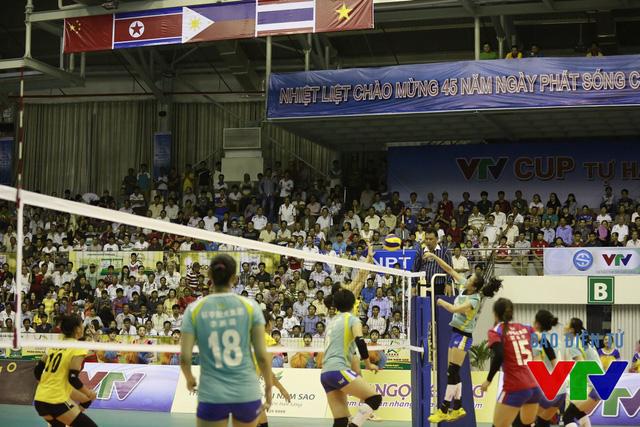 Vì thế, ĐT bóng chuyền nữ Việt Nam nhanh chóng vượt lên và giành chiến thắng set 1 với tỉ số 25-18 trước đối thủ khó chịu nhất kể từ đầu giải.