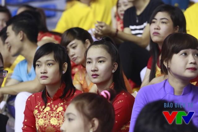 Những CĐV mặc áo dài truyền thống tô điểm khán đài nhà thi đấu.