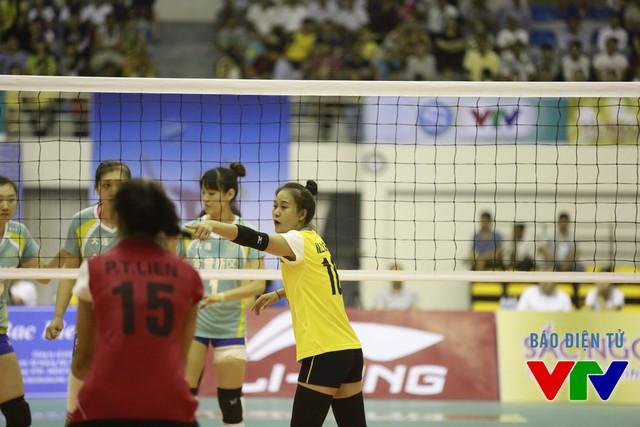 Dù chỉ cao 1m73 nhưng Linh Chi thường xuyên bọc lót trên lưới cũng như ghi điểm khi cần.
