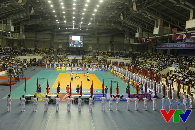 Khán giả có mặt chật kín nhà thi đấu đa năng tỉnh Bạc Liêu theo dõi lễ khai mạc VTV Cup 2015.