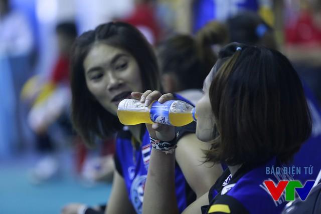 Các nữ VĐV Thái Lan bổ sung vitamin giữa trận.