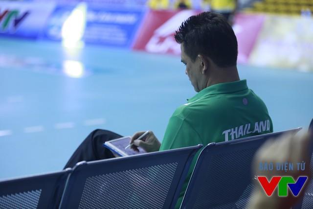 BHL Thái Lan sử dụng máy tính bảng để sắp xếp đội hình, chiến thuật và chỉ đạo thay đổi khi cần.