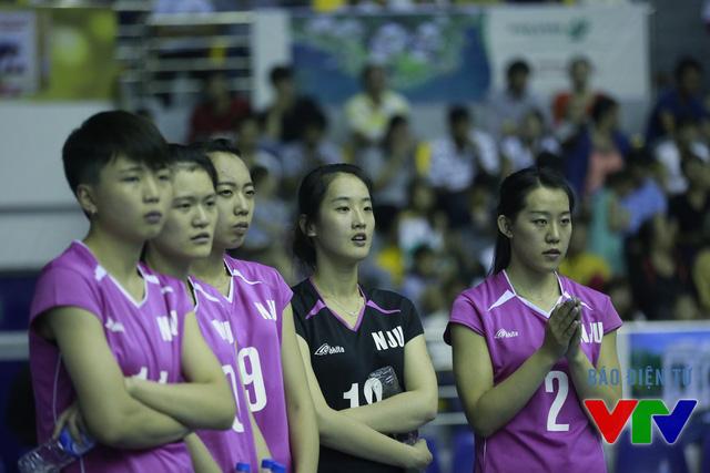 Trước sức công phá mạnh mẽ của ĐT bóng chuyền nữ Việt Nam, các VĐV đến từ Đại học Nam Kinh (Trung Quốc) tỏ ra lo âu.