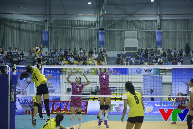 ĐT bóng chuyền nữ Việt Nam đã chiếm thế chủ động ngay từ đầu trận với những pha ghi điểm liên tiếp.