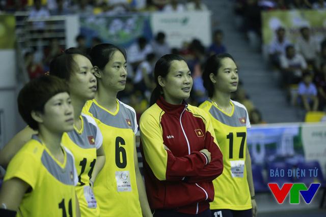 Cựu binh Đỗ Thị Minh (áo đỏ) chưa thi đấu phút nào tại VTV Cup 2015 vì bị ốm. Tuy nhiên, ĐT bóng chuyền nữ Việt Nam vẫn dễ dàng có trận thắng thứ hai.