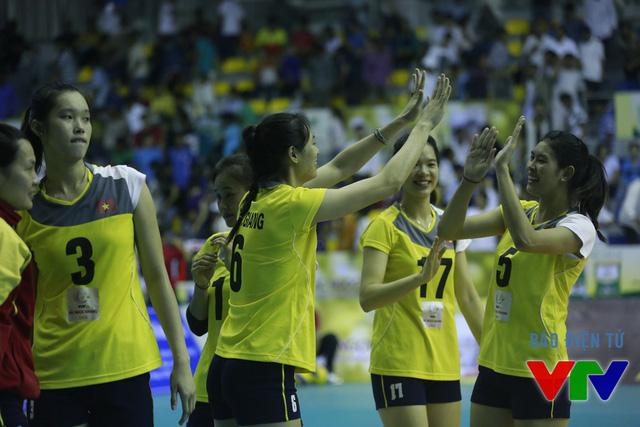 Thắng nhanh gọn sau 3 set, ĐT bóng chuyền nữ Việt Nam dẫn đầu bảng khi cùng có 6 điểm, bằng với CLB Liêu Ninh (Trung Quốc).