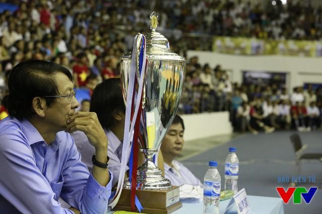 Đội giành chiến thắng sẽ trở thành tân vương, nhận cúp vô địch và 10.000 USD tiền thưởng.