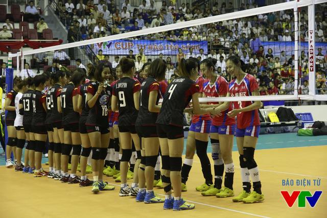 U23 Thái Lan (áo đen) và CLB Liêu Ninh (Trung Quốc) bắt tay trước trân chung kết VTV Cup 2015.