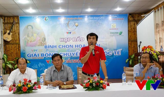 Trưởng ban tổ chức VTV Cup 2015 Phan Ngọc Tiến (áo đỏ) tại buổi họp báp bình chọn Hoa khôi.