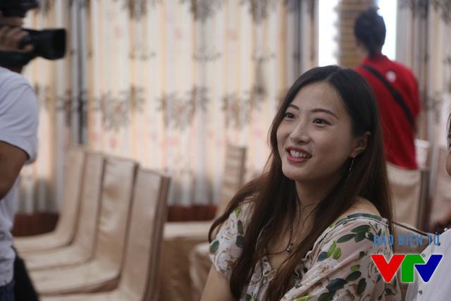Ren Wenqian ăn mặc khá chau chuốt tới buổi bình chọn Hoa khôi.