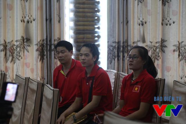 Linh Chi và Lê Thúy cùng thầy Thái Thanh Tùng mặc đồng phục của đội nhà dự họp báo.