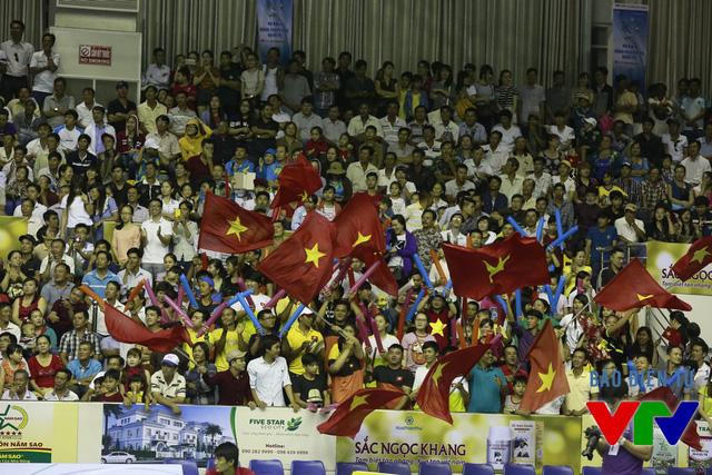 CĐV cổ vũ nhiệt tình cho ĐT bóng chuyền nữ Việt Nam suốt trận đấu với U23 Thái Lan.