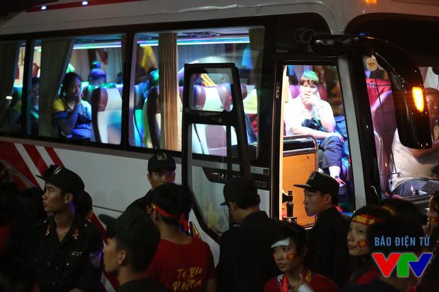 Nhiều CĐV vẫn theo ĐT bóng chuyền nữ Việt Nam tới tận xe.