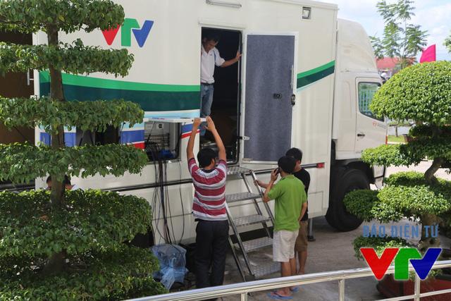 Đội ngũ kĩ thuật đang chuẩn bị cho buổi truyền hình trực tiếp lễ khai mạc vào ngày 25/7.