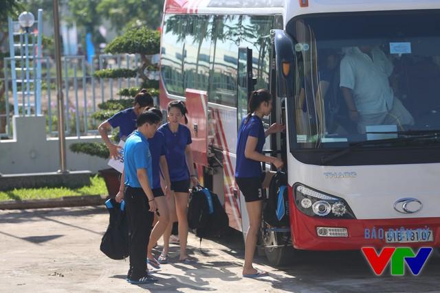 Sau buổi tập, toàn đội di chuyển bằng xe về khách sạn Trần Vinh, cách nhà thi đấu chừng 4 km