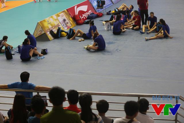 Buổi tập của ĐT bóng chuyền nữ Việt Nam thu hút lượng khán giả hâm mộ tới theo dõi.