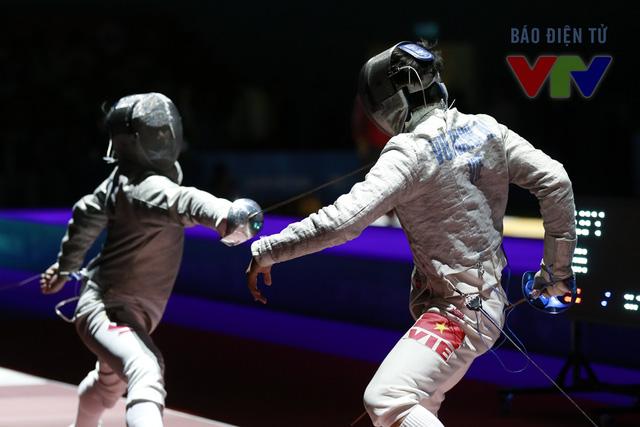 Vũ Thành An (phải) khép lại một ngày thi đấu thành công của thể thao Việt Nam nói chung, đấu kiếm Việt Nam nói riêng tại đấu trường SEA Games 28 bằng một tấm HCV.