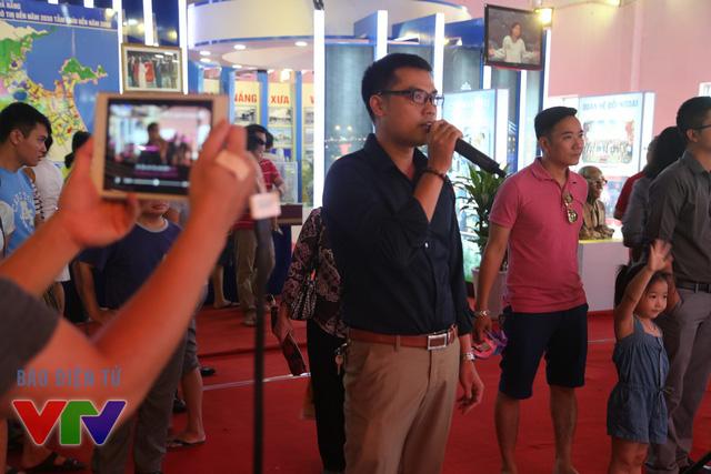 Một khán giả nam khoe giọng hát của mình trong trò chơi VTVlalala