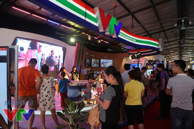 Nằm trong khuôn khổ của Triển lãm thành tựu kinh tế xã hội 2015, gian trưng bày của Đài THVN tại nhà D Trung tâm Triển lãm Giảng Võ luôn thu hút được sự chú ý của khách tham quan