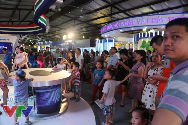 Phần đông trong số đó là các em nhỏ được gia đình đưa đi xem triển lãm trong hai ngày nghỉ cuối tuần