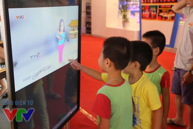 Rất đông khách tham quan dừng chân trước gian hàng để xem truyền hình trực tuyến trên trang web của Báo điện tử VTV