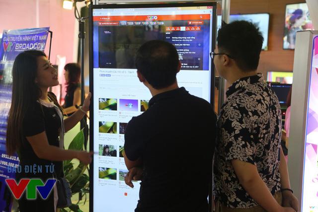 Khách tham quan có thể trải nghiệm trang Web của Báo điện tử VTV News trên màn hình cảm ứng