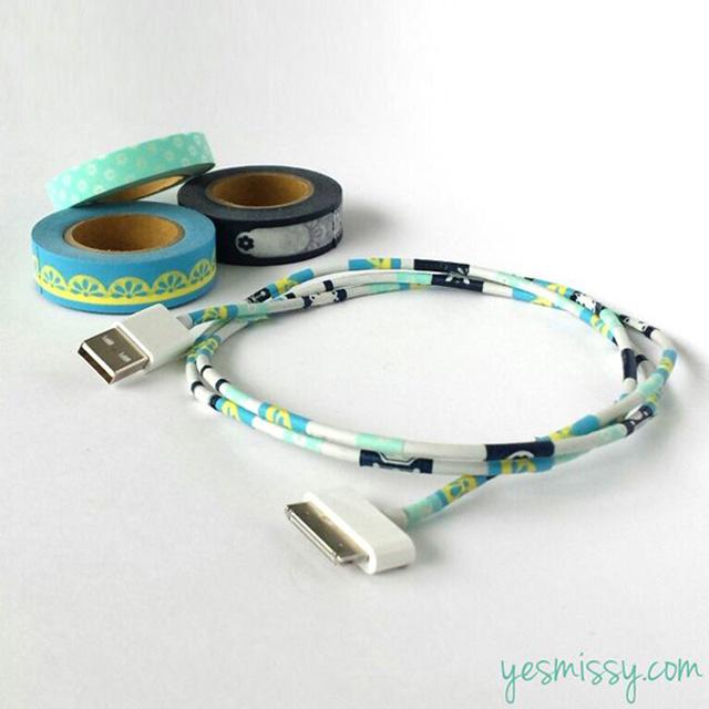 Những chiếc sạc điện thoại, máy tính hay ipad của bạn sẽ trở nên bớt đơn điệu hơn với băng dính màu.