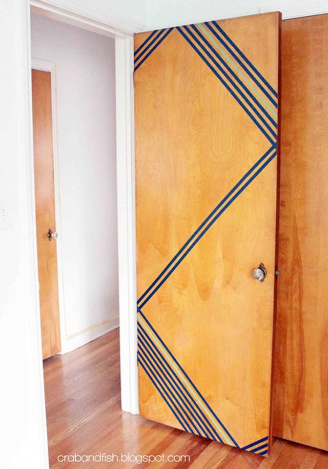 Cánh cửa phòng trở nên mới lạ hơn với những đường băng dính trang trí.