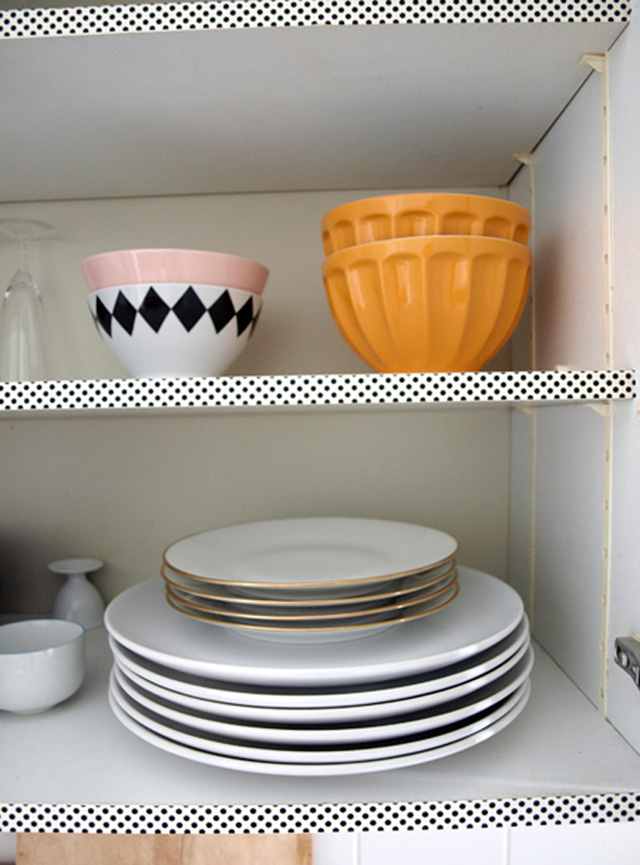Giá để bát đĩa trở nên bắt mắt hơn nhờ băng dính chấm bi nhỏ xinh.