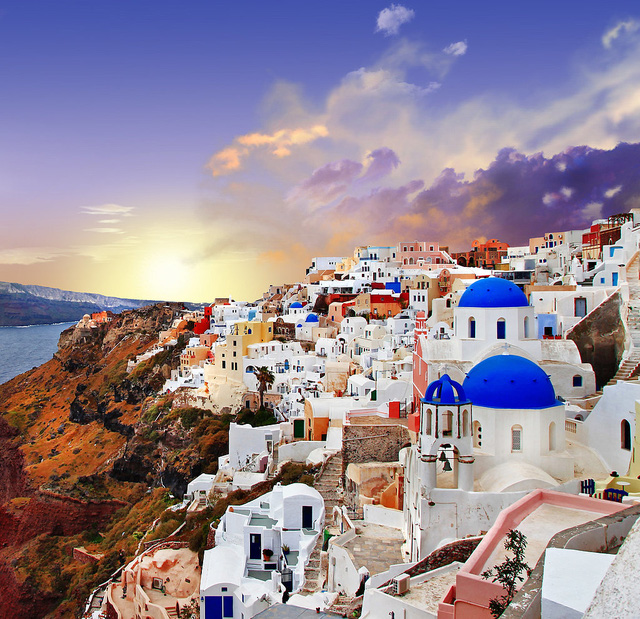 Không chỉ sở hữu khung cảnh lãng mạn, hòn đảo Santorini còn được biết đến là địa danh ngắm hoàng hôn đẹp nhất trên thế giới. Được biết, rất nhiều cặp đôi đã lặn lội tới đây để cầu hôn trong ánh sáng hoàng hôn rực rỡ