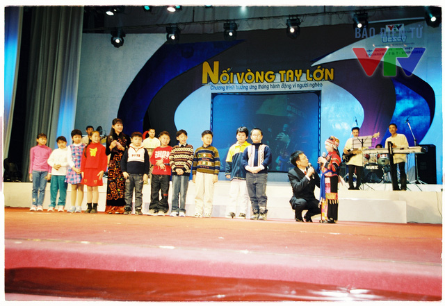Nhà báo Lại Văn Sâm và Diễm Quỳnh trong chương trình Nối vòng tay lớn.