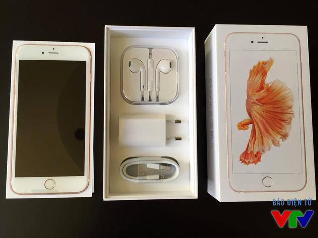 Các phụ kiện đi kèm với iPhone 6S Plus (Ảnh: Hoàng Hiệp)