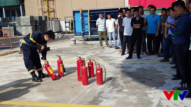Đội viên đội Phòng cháy chữa cháy cơ sở hướng dẫn cán bộ, nhân viên của Đài Truyền hình Việt Nam cách sử dụng các loại bình chữa cháy