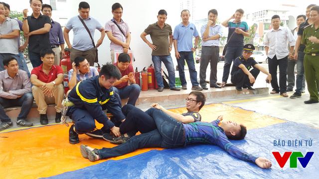 Đội viên đội Phòng cháy chữa cháy cơ sở hướng dẫn thao tác sơ cứu người bị nạn tại đám cháy
