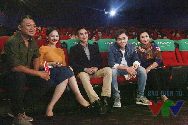Ê-kíp sản xuất Em là bà nội của anh theo dõi bộ phim ra mắt khán giả Hà Nội.