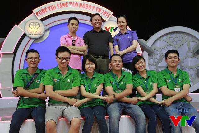 Ban Tổ chức cuộc thi và các tình nguyện viên hỗ trợ các đội tuyển thử sân và hoàn thành công tác chuẩn bị cho vòng chung kết Robocon Việt Nam 2015