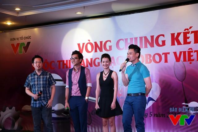 MC Hồng Phúc, MC Quỳnh Chi, MC Công Tố và BLV Việt Khuê với vai trò là người dẫn chương trình tại bữa tiệc