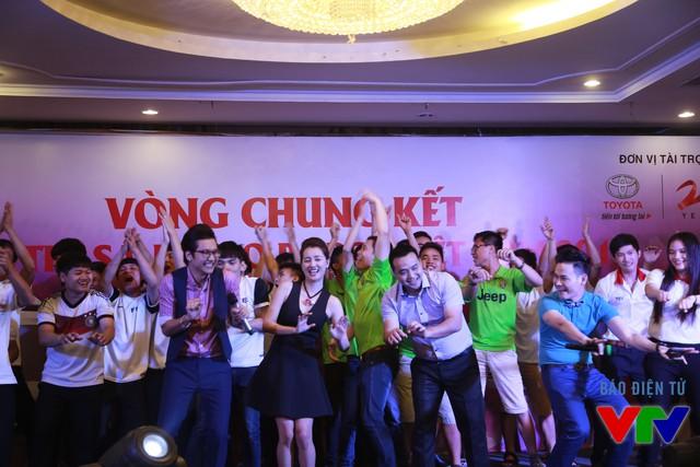MC Hồng Phúc, BLV Đăng Bền, MC Quỳnh Chi, MC Công Tố hòa trong không khí sôi động cùng các bạn sinh viên