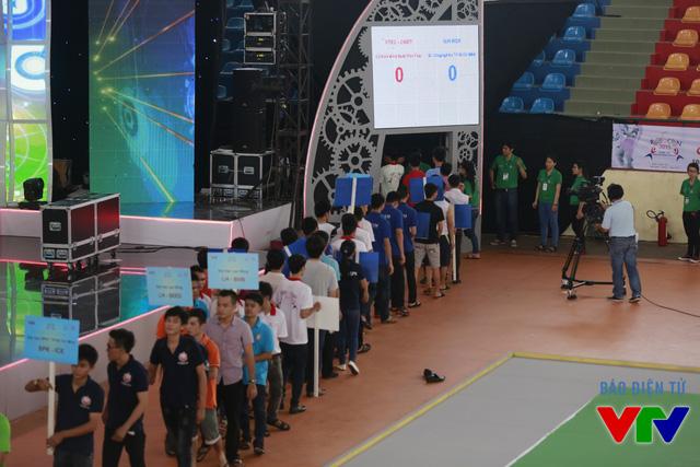 Sau khi hoàn thành lễ ra mắt, các đội tuyển rút về khu vực cánh gà để chuẩn bị cho những trận thi đấu đầu tiên của vòng Chung kết