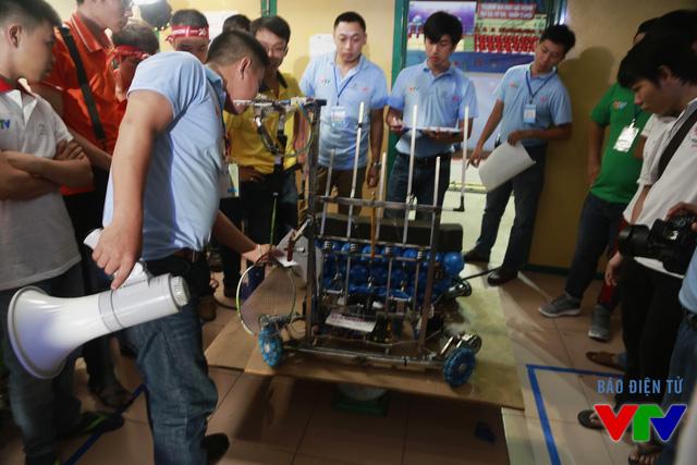 Tổ Trọng tài kiểm tra khối lượng robot trước khi thi đấu