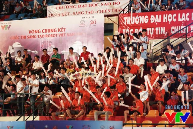 Nhà thi đấu đa năng thành phố Cần Thơ rực cháy trong tiếng hò reo cổ vũ của các cổ động viên