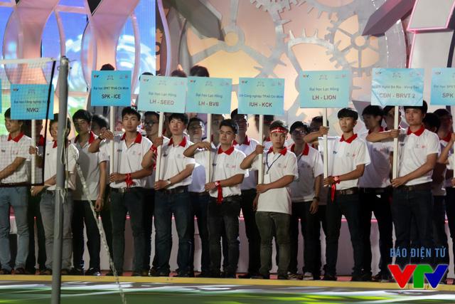 Các đội tuyển lần lượt xuất hiện tại khu vực sân khấu