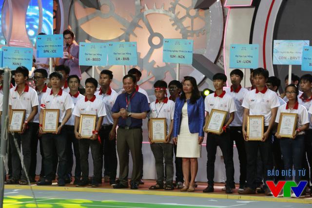 Ông Đỗ Quốc Khánh - Trưởng Ban Khoa Giáo - Đài Truyền hình Việt Nam - Phó Trưởng Ban Tổ chức cuộc thi Robocon Việt Nam 2015 và bà Đoàn Thị Yến trao tặng các đội tuyển giấy chứng nhận