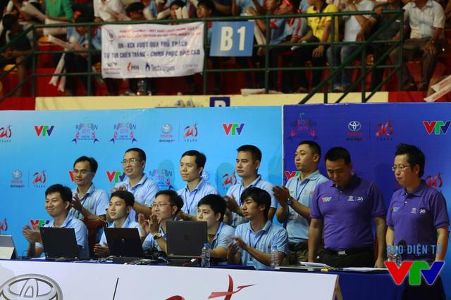 Tổ Trọng tài bên cạnh hai BLV tại vòng Chung kết Robocon Việt Nam 2015